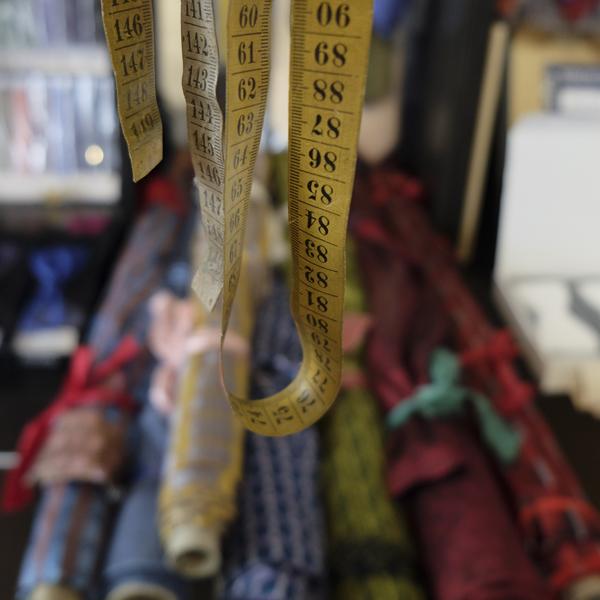 Seide und Maßband für die Maßanfertigung von Krawatten, Fliegen, Kummerbunden und Hosenträgern