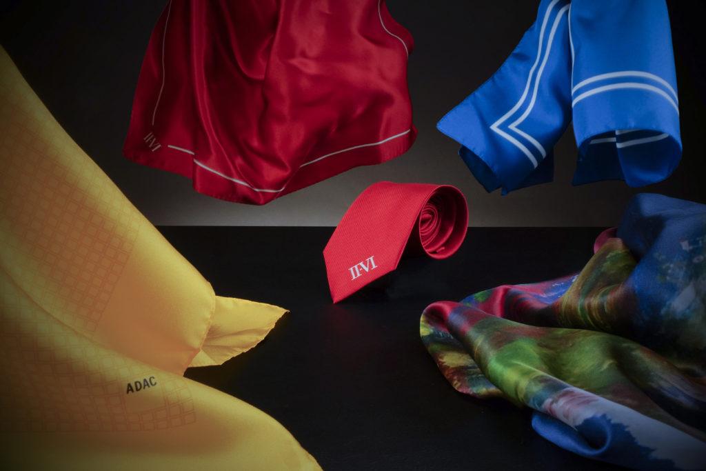 Vier Business Halstücher in verschiedenen Farben mit einer passenden Krawatte und Logos