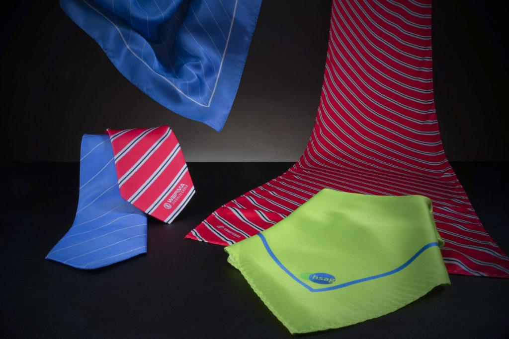 Drei Business Halstücher mit Logos und zwei passende Krawatten