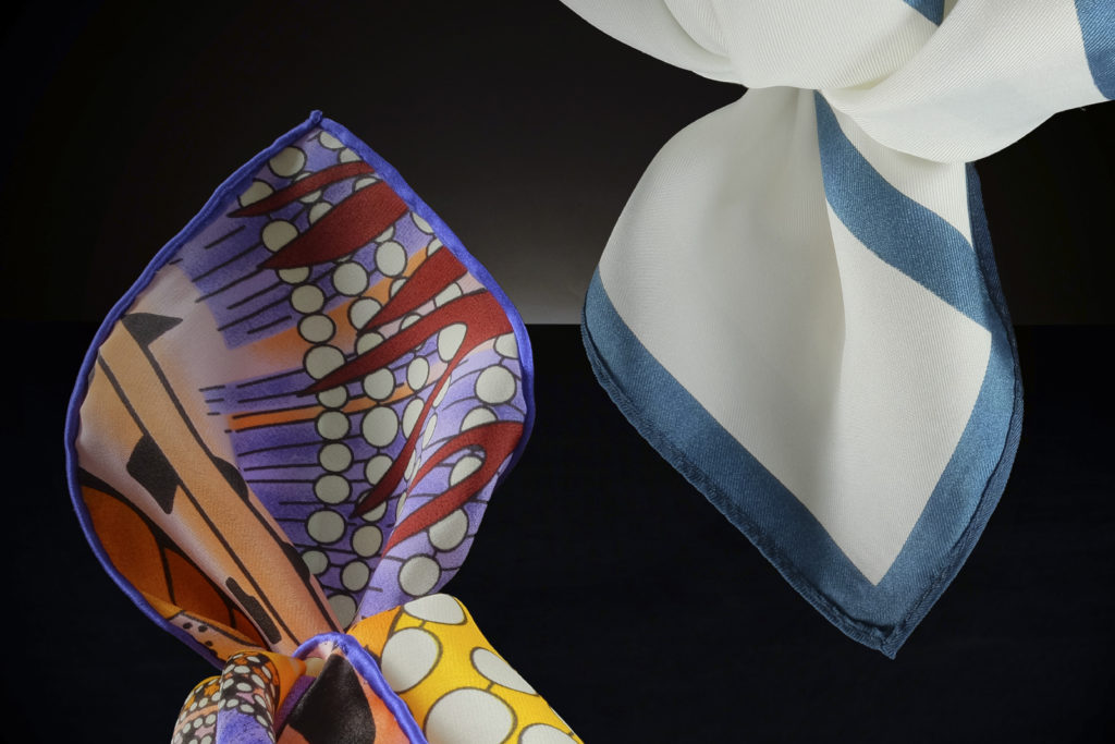 Handrollierter Saum & Maschinensaum bei zwei Hals-Tüchern für Damen.