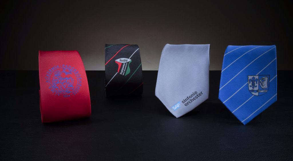 Vier Krawatten mit Logo