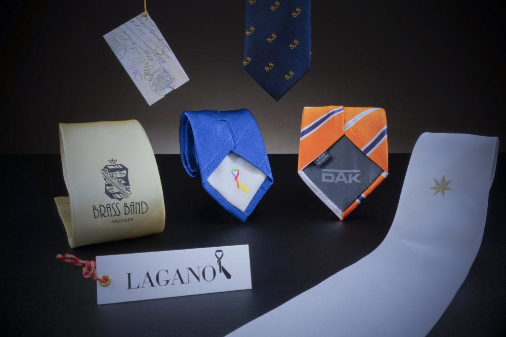 Krawatten mit Logos – Auf der Vorderseite, im Futter, als Streu-Logo und auf einem Hangtag.