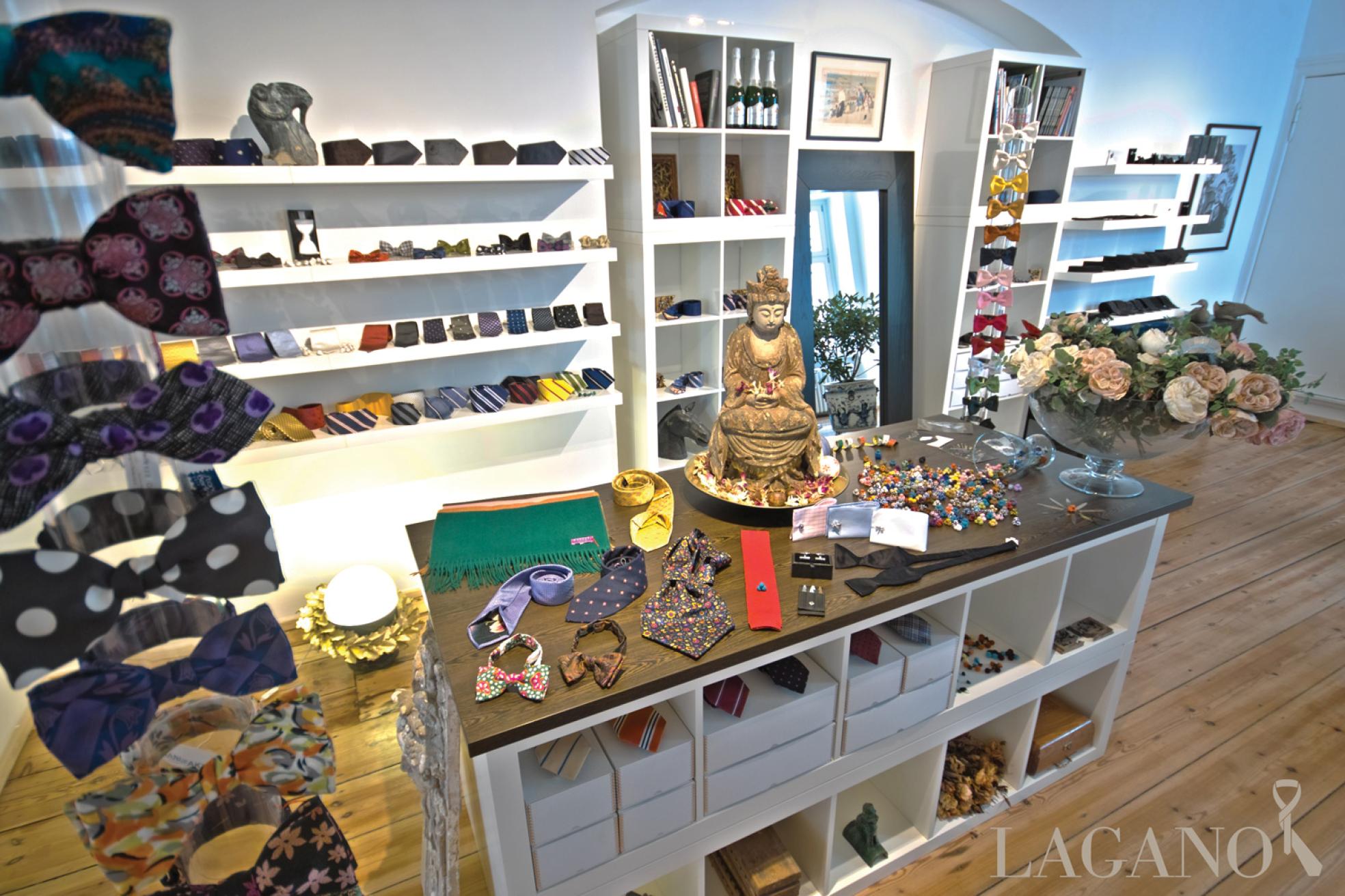 Fliegen, Krawatten, Kaschmir-Schals und Seidenknoten in einem Laden