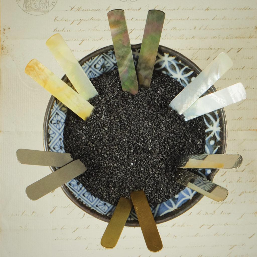 Kragenstäbchen aus Perlmutt, Messing, Stahl und Titan