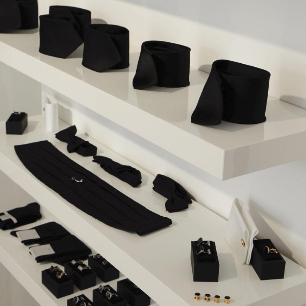 Schwarze Krawatten, schwarze Fliegen, schwaruer Kummerbund, schwarze Manschettenknöpfe, schwarze Socken