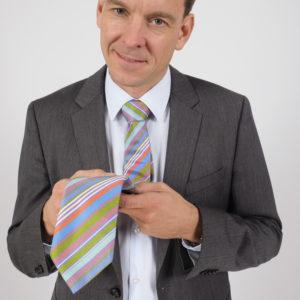 Bunte Vereins-Krawatte bei grauem Anzug
