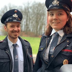 Feuerwehr-Krawatten mit Feuerwehr-Uniformen kombiniert